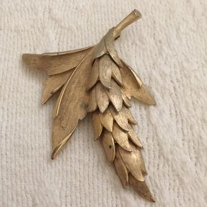 Unsigned reticulated gold satin sheaf pin. Moves.